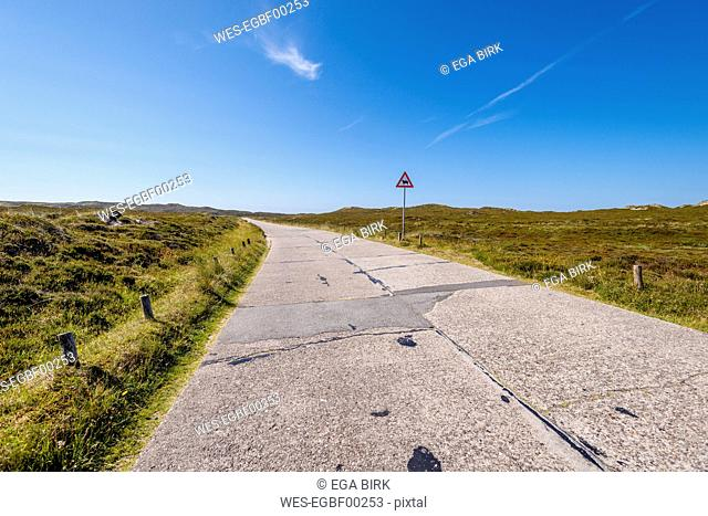 Germany, Schleswig-Holstein, Sylt, empty road, traffic sign, cattle crossing