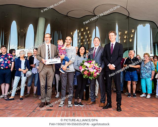 07 June 2019, Hamburg: Christoph Lieben-Seutter (l-r), artistic director of the Elbphilharmonie, Jorge Ferreira with his son Luis Miguel, his wife Rosy