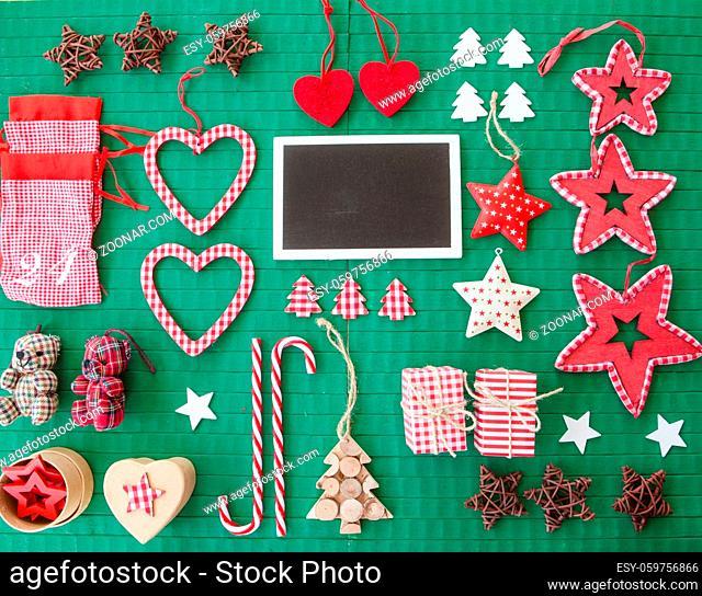 Bunte Dekoration zu Weihnachten auf rustikalem gruenem Hintergrund