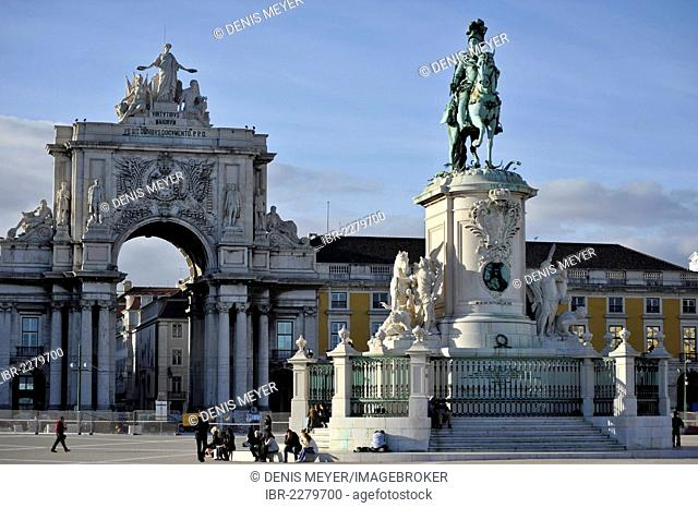 Triumphbogen Arco da Rua Augusta und Statue von König José I., Praça do Comércio square, Lisbon, Portugal, Europe