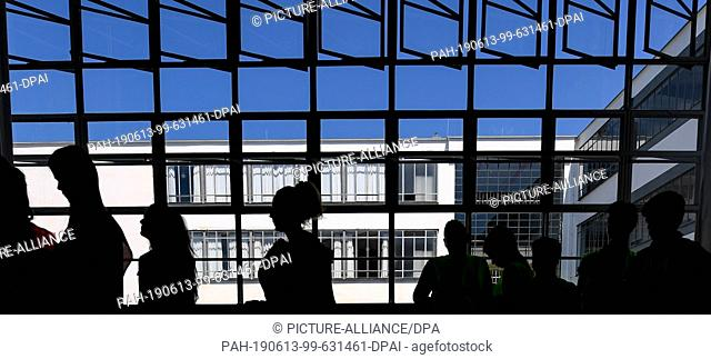 13 June 2019, Saxony-Anhalt, Dessau-Roßlau: Pupils of the Dessau Peace School walk through the historic rooms of the Bauhaus building in Dessau
