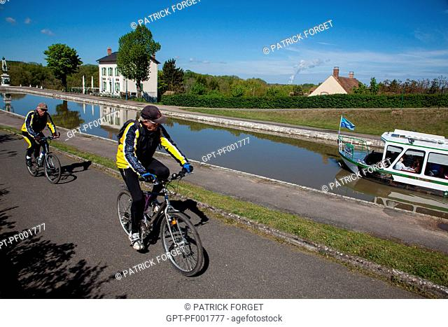 BIKES ON THE CANAL BRIDGE OF BRIARE, CANAL RUNNING ALONGSIDE THE LOIRE, LOIRET 45, FRANCE