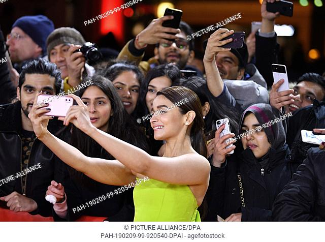 """09 February 2019, Berlin: 69th Berlinale: The actress Alia Bhatt (M, India) comes to the premiere of the film """"""""Gully Boy"""""""" and photographs herself with fans"""