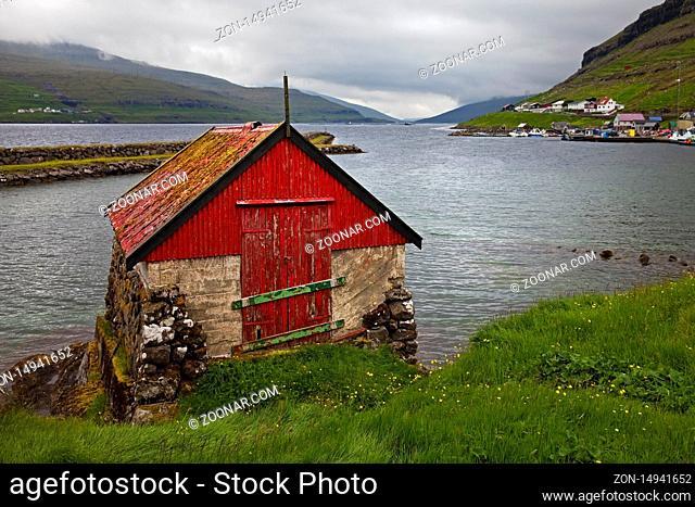 Kleines Haus am Atlantik in dem kleinen Ort Haldarsvik, Streymoy, Faeroeer, Føroyar, Daenemark, Europa