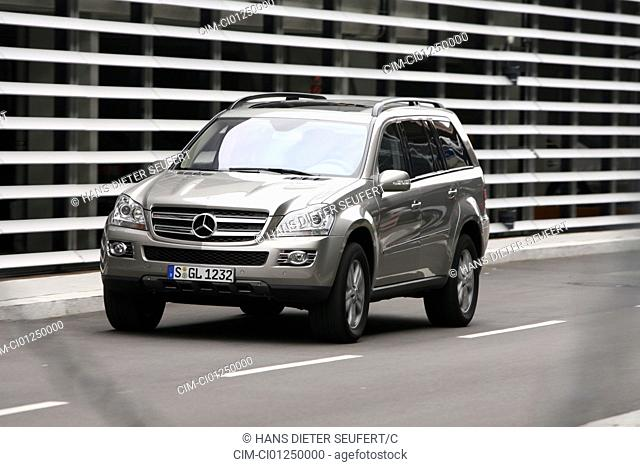 Mercedes GL 420 CDI, model year 2006-, silver, driving, diagonal from the front, frontal view, City