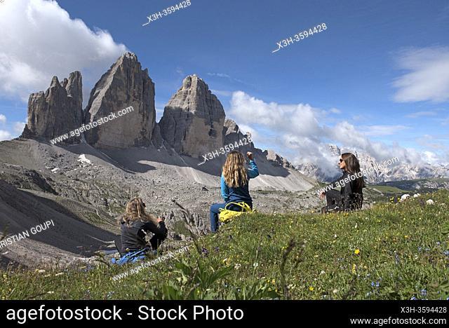 trois randonneuses assises face aux Tre Cime di Lavaredo (Trois Cimes de Lavaredo), Parc naturel des Tre Cime (Drei Zinnen), Dobbiaco