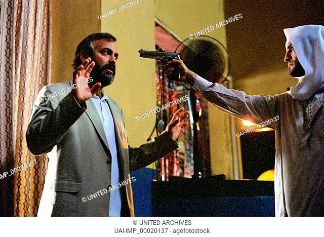 Syriana, (SYRIANA) USA 2005, Regie: Stephen Gaghan, GEORGE CLOONEY, Key: Bedrohung, Waffe, Revolver, Hände hoch