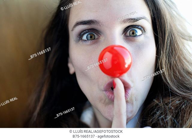 chica joven, mujer joven, nariz de payaso, color rojo, rostro, cara, primer plano, femenino, femenina, rubia, silencio, cuidado, cautela, precaución