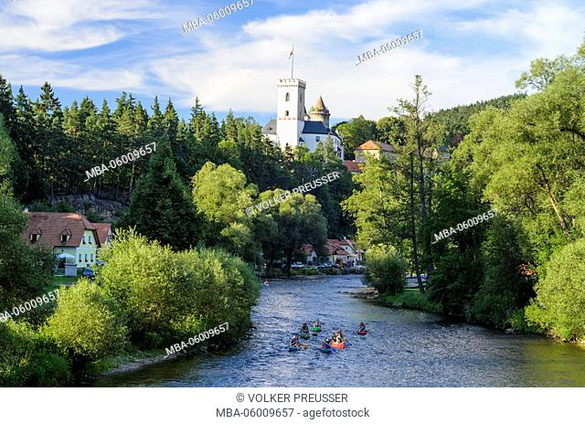 Moldavia with canoeists and castle Rozmberk (castle rose mountain), Czechia, Jihocesky kraj (South Bohemia region), Rozmberk nad Vltavou (rose mountain)