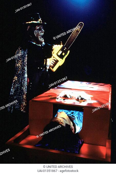 Warwick Davis Leprechaun (Warwick Davis, l) hat sein naechstes Opfer gefunden. *** Local Caption *** 1995, Leprechaun 3, Leprechaun 3