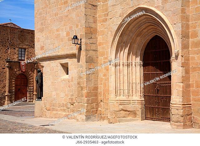 Santa María square and door of the Santa María cathedra. Cáceres