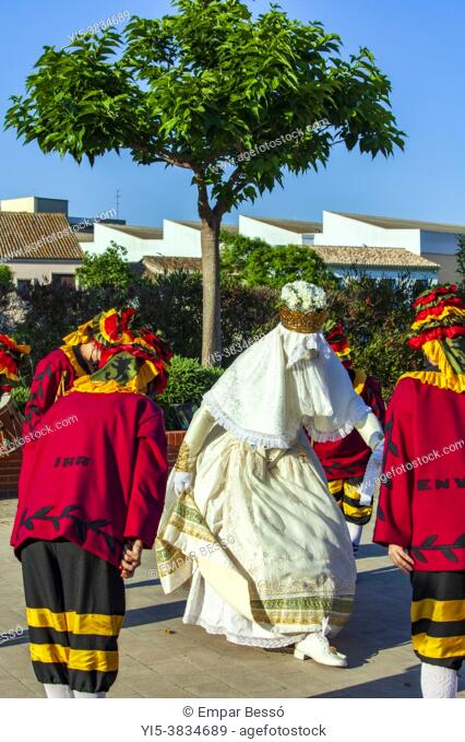 La Moma dance. The dancers are using a mask because of the Covid-19. Corpus dance. Picanya (València, Spain). June 2021