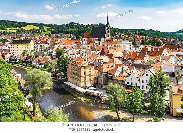 View of the old town of Chesky Krumlov, the St. Vitus Church and the River Vltava in Bohemia, Jihocesky Kraj, Czech Republic, Europe