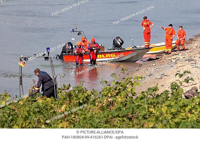 03 August 2018, Germany, Worms: Rescue forces from the German Life Saving Society (DLRG) and the police are looking in the river Rhine near Rheinduerkheim for...