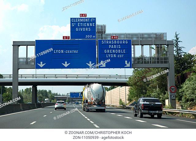Schilder auf einer Autobahn in Frankreich, 2017