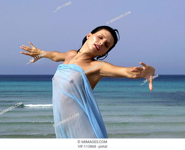 Junge Frau mit blauem Tuch am Strand / Mallorca / *Model-Released*/ Farbraum: ECI-RGB.icc  - Es Trenc - Mallorca, Spanien, 08/06/2004