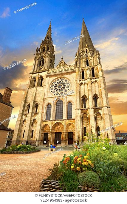 West facade with the Royal Portal of the gothic Cathedral of Notre Dame, Chartres, France. . A UNESCO World Heritage Site