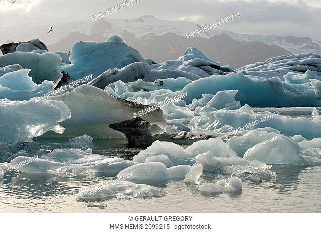 Iceland, Austurland, Jokulsarlon, Vatnajokull National Park, Jokulsarlon lagoon filled with icebergs