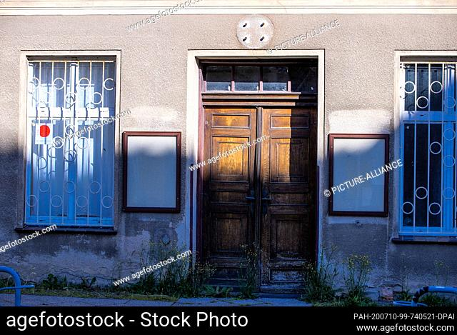 23 June 2020, Mecklenburg-Western Pomerania, Neustrelitz: Townhouses in need of renovation and partly empty in Schlossstraße in the residential city