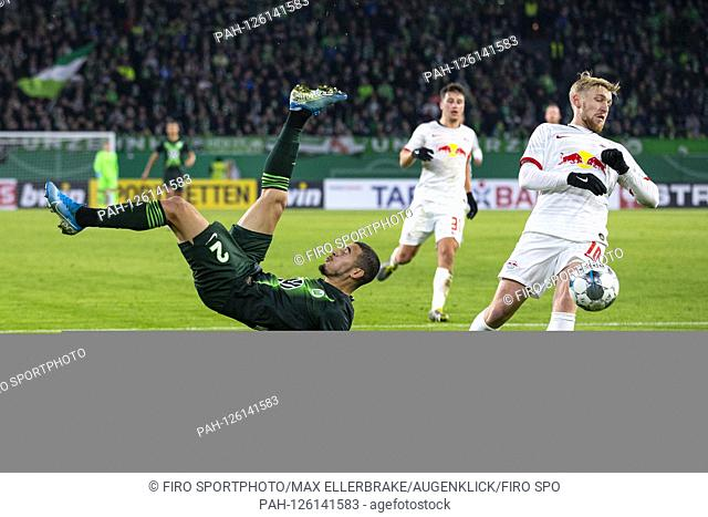 firo: 30.10.2019, Fuvuball, DFB Pokal Round 2. 2019/2020, VfL Wolfsburg - RB Leipzig William (VfL Wolfsburg) (left) tries a fall arrester in duels with Emil...