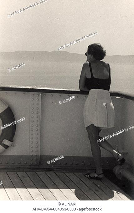 Album At the edge of Oceania 28 July to 10 August 1935 : Tourists admire the view from the cruise ship Oceania, shot 28/07-10/08/1935 by Balocchi Vincenzo