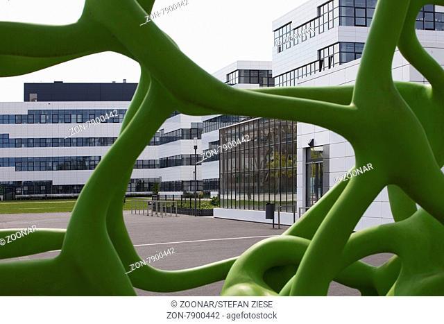 Blick durch eine Skulptur auf die Hochschule Rhein-Waal, Kleve, Niederrhein, Nordrhein-Westfalen, Deutschland, Europa