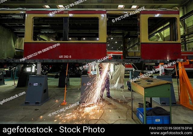 22 January 2020, Saxony-Anhalt, Halle: An employee of Maschinenbau und Service GmbH (MSG) in Ammendorf uses a cut-off grinder to cut corroded metal parts from...