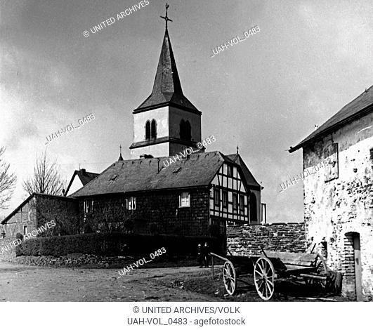 Blick auf die Kirche in Hollerath bei Hellenthal in der Eifel, Deutschland 1920er Jahre. View to the church of Hollerath near Hellenthal in the Eifel region