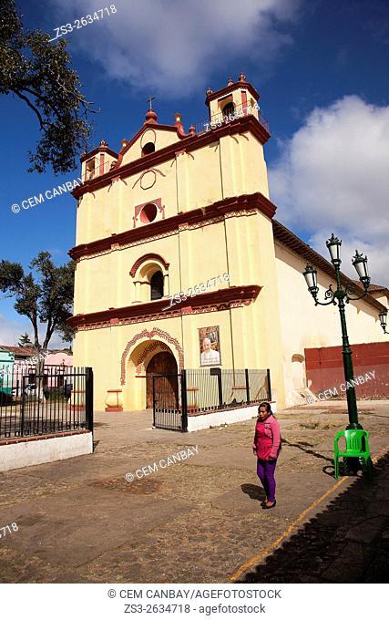 Indigenous woman in front of the Templo de San Francisco Asis-San Francisco Church in the town center, San Cristobal de las Casas, Chiapas State, Mexico