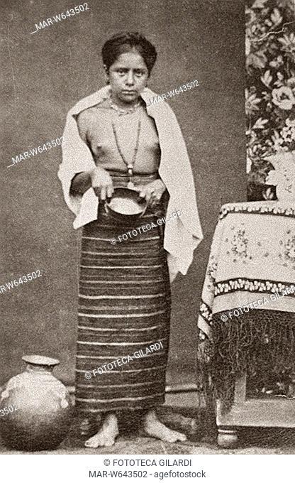 ANTROPOLOGIA ragazza Mixteca, de Pinoteca Nuyoco, 1874. Indigena messicana dello stato di Oaxaca, con una ciotola vuota in mano. Collezione Enrico H
