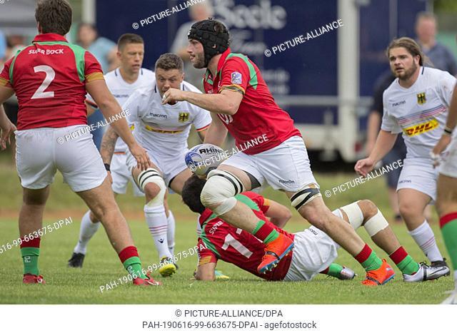 15 June 2019, Hessen, Frankfurt/Main: Rugby: EM, Relegation, Germany - Portugal. ..Jose D'Alte (Portugal, 4) can walk unhindered towards the German Malfeld