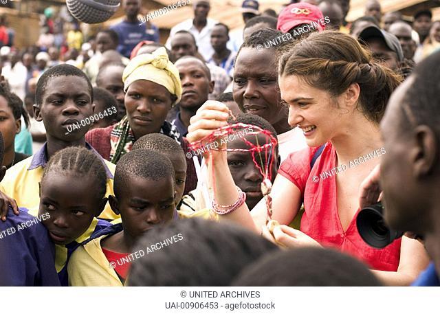 Der ewige Gärtner aka. The Constant Gardener, 2005 Regie: Fernando Meirelles, The passionate activist Tessa Quayle (RACHEL WEISZ) surrounded by kenyan people