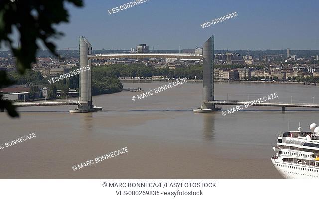 Bordeaux, passage of a ship under the Lift Bridge time lapse