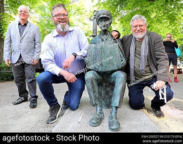 """27 May 2020, Mecklenburg-Western Pomerania, Rostock: After the unveiling of the monument to the """"""""minstrel grandfather"""""""" Michael Tryanowski (1919-2018)"""