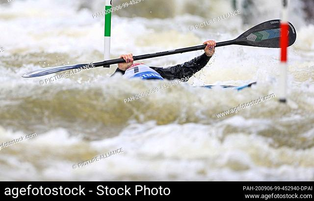 06 September 2020, Saxony, Markkleeberg: Canoe/Slalom: German championship. Lucie Krech starts in the final kayak of a junior and dives under a gate