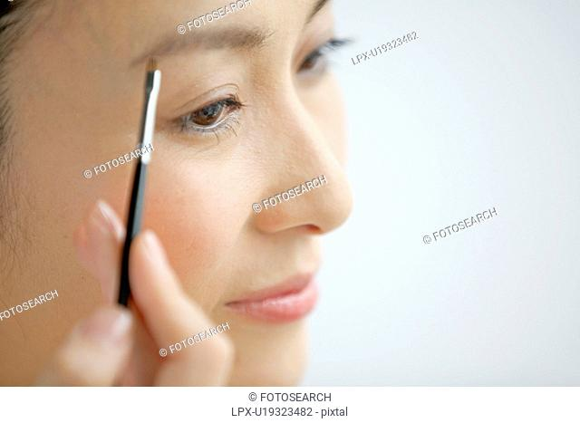 Woman putting eye make-up