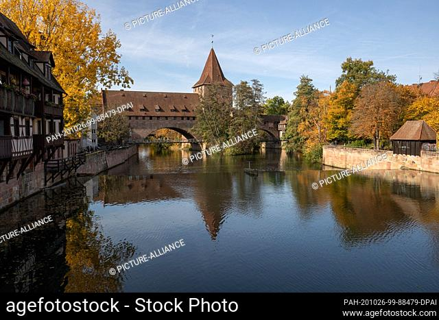 25 October 2020, Bavaria, Nuremberg: The Schlayerturm (M) with chain bridge at the Hallertor on the Pegnitz. Nuremberg wants to become the cultural capital in...
