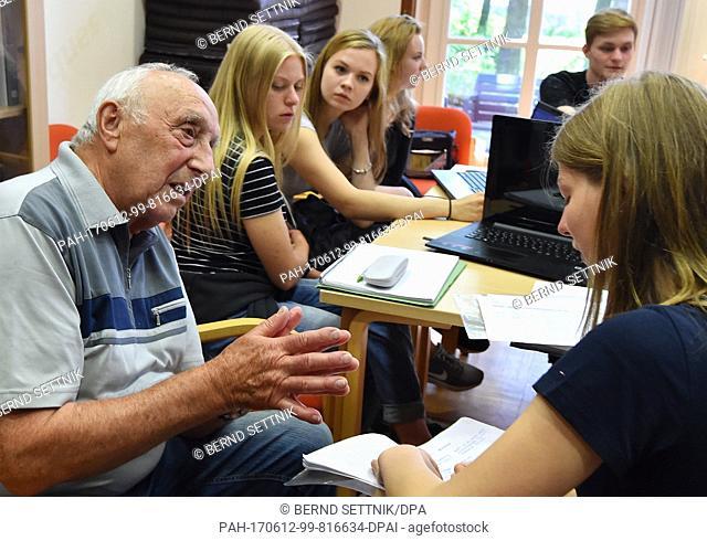 The former prisoner of the soviet NKVD special camp Sachsenhausen, Reinhard Wolff speaks with Martha Rubenstahl of the Georg Mendenheim secondary school and the...