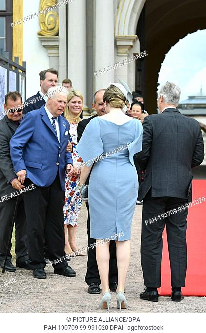 09 July 2019, Thuringia, Gotha: Andreas Prince of Saxony-Coburg and Gotha and the Belgian royal couple King Philippe and Queen Mathilde greeting in front of...