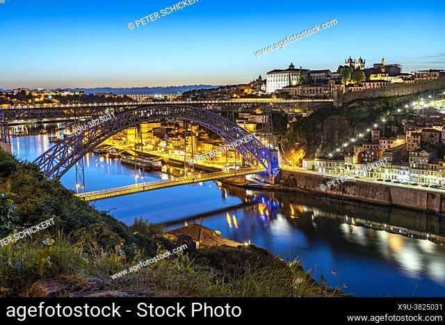 Brücke Ponte Dom Luís I über den Fluss Douro und die Altstadt von Porto in der Abenddämmerung, Portugal, Europa | Dom Luís I Bridge over Douro river and the...