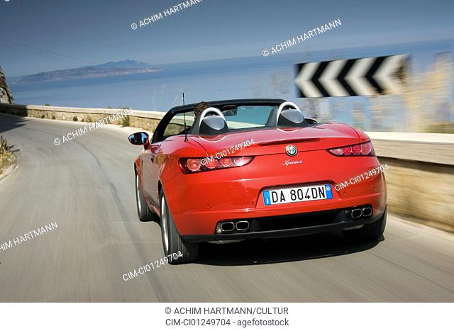 Alfa Romeo Spider 3.2 JTS V6 Q, model year 2006-, red, driving, diagonal from the back, rear view, country road, open top