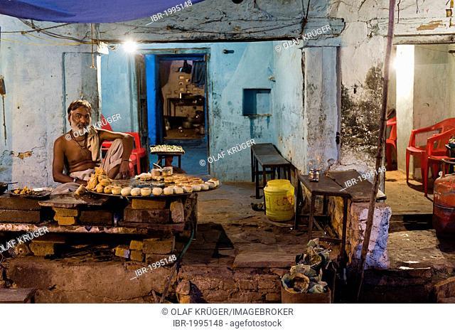 Food stand with samosas and pakoras on a bazaar, Orchha, Madhya Pradesh, North India, India, Asia