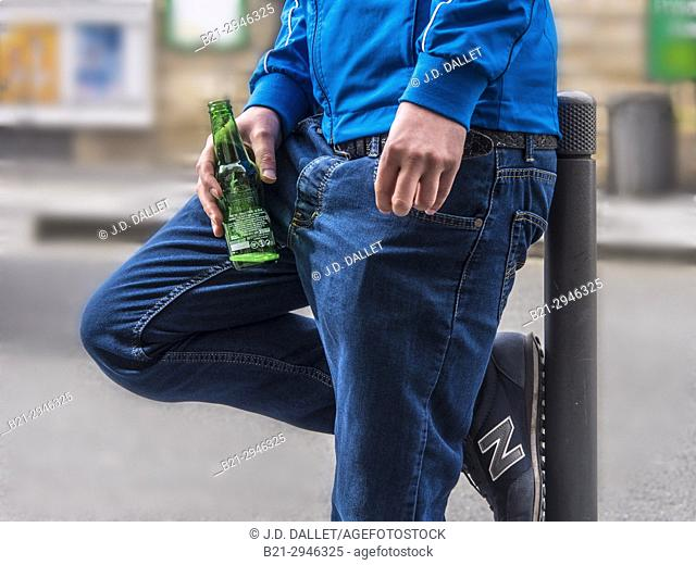 France, Nouvelle Aquitaine, Gironde. having a beer in the street