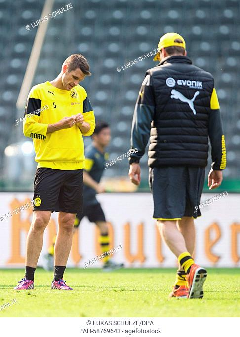 Dortmund's Sebastian Kehl (l) and Dortmund's coach Juergen Klopp (r) pictured during training at the Olympic Stadium in Berlin, Germany, 29 May 2015