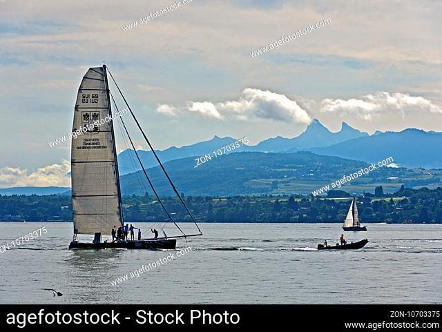 Segelboot am Morgen auf dem Genfersee, Genf, Schweiz / Sailing boat on Lake Geneva at dawn, Geneva, Switzerland