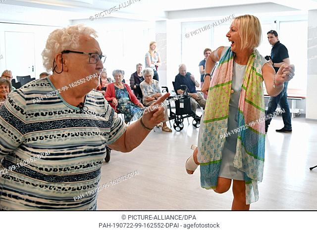 22 July 2019, Hessen, Bad Arolsen: The Hessian digital minister Kristina Sinemus (non-partisan, r) and Irene Bartosch (89)