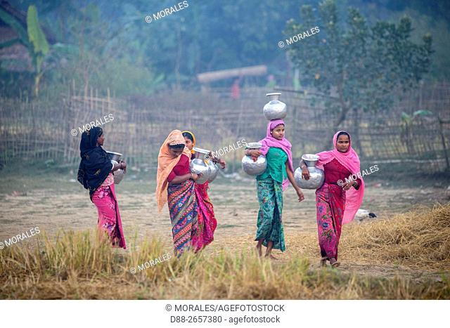 Myanmar, Rakhine state, Mrauk-U, women bringing water
