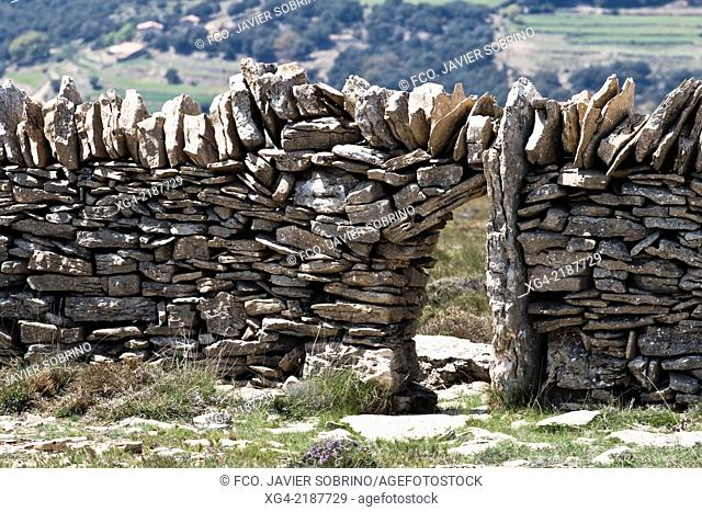 Door to count cattle in a dry stone wall - Ares del Maestre - Alt Maestrat - Castellón - Comunidad Valenciana - Spain - Europe