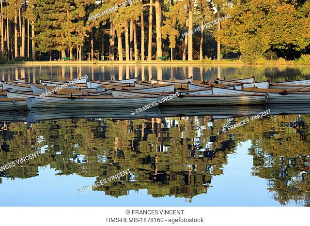 France, Paris, boat on the lower lake in the Bois de Boulogne