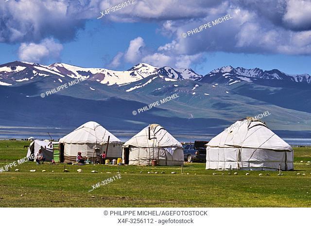 Kirghizistan, province de Naryn, le lac de Song Kol, campements de yourte des nomades Kirghiz/ Kyrgyzstan, Naryn province, Song Kol lake